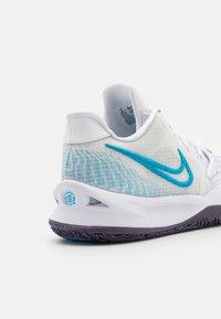 Nike Performance - KYRIE LOW 4 - Basketball shoes - white/laser blue/dark raisin - 5