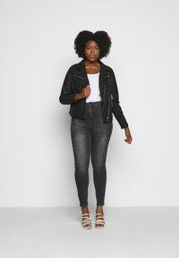 Vero Moda Curve - VMLORA WASH - Jeans Skinny Fit - black denim - 1