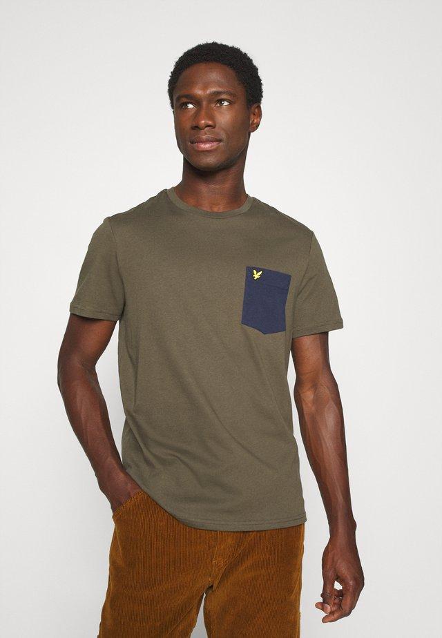 CONTRAST POCKET - T-shirt z nadrukiem - trek green/navy