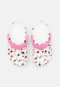 Crocs - CLASSIC HEART PRINT - Mules - white - 3