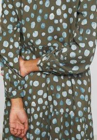 Monki - PEARL DRESS - Skjortekjole - khaki/blue - 5