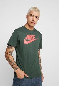 Nike Sportswear - TEE ICON FUTURA - Print T-shirt - galactic jade/ember glow - 0