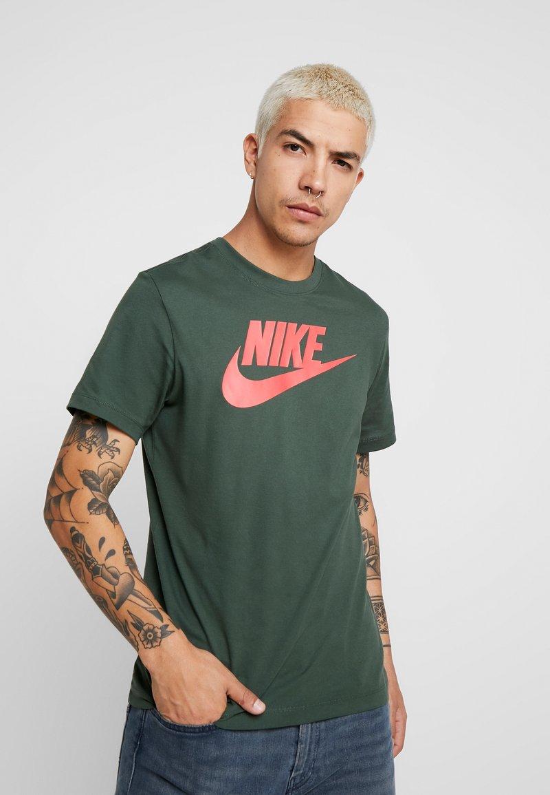 Nike Sportswear - TEE ICON FUTURA - Print T-shirt - galactic jade/ember glow