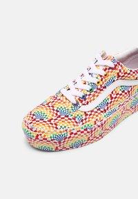 Vans - OLD SKOOL PLATFORM - Sneakers basse - pride multi/true white - 7