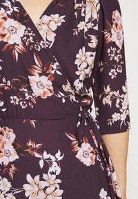 True Violet Petite - WRAP MINI DRESS WITH TIE WAIST - Denní šaty - burgundy - 6