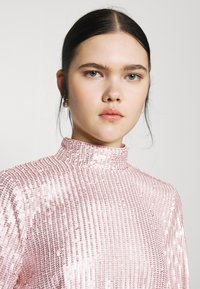 Nly by Nelly - HIGH NECK SEQUIN DRESS - Cocktailkjole - light pink - 3