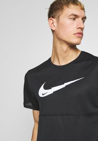 Nike Performance - BREATHE RUN - Camiseta estampada - black - 3