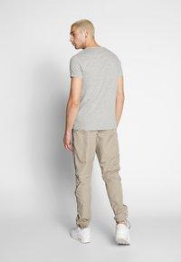 Nike Sportswear - Teplákové kalhoty - khaki/light bone - 2