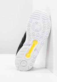 adidas Originals - ZX FLUX - Trainers - black - 4
