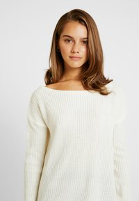 Missguided Petite - OPHELITA OFF SHOULDER JUMPER - Jumper - cream - 4