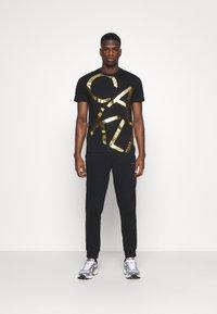 Calvin Klein - LOGO - Träningsbyxor - black - 1