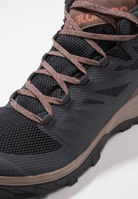 Salomon - OUTLINE MID GTX - Chaussures de marche - ebony/deep taupe/tawny orange - 5