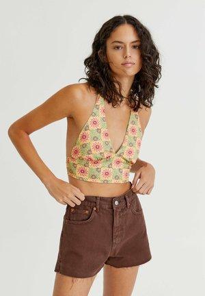 MIT SEITLICHEM SCHLITZ - Denim shorts - mottled light brown