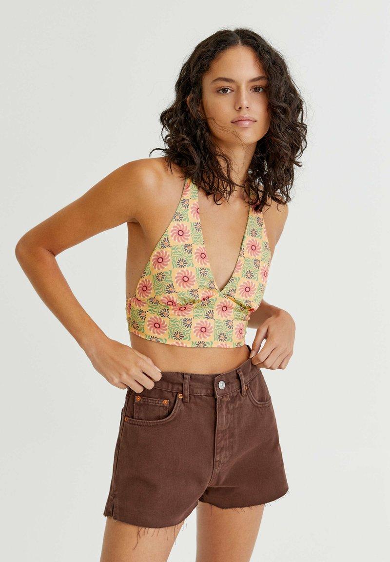 PULL&BEAR - MIT SEITLICHEM SCHLITZ - Denim shorts - mottled light brown