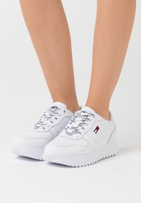 Tommy Jeans - HIGH CLEATED  - Sneakers basse - white - 0