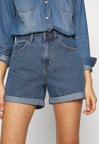 Vero Moda - VMNINETEEN LOOSE MIX NOOS - Short en jean - medium blue denim - 3