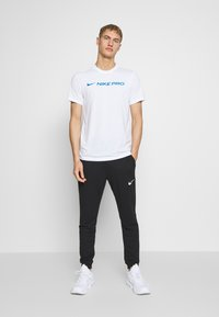 Nike Performance - DRY TEE PRO - T-Shirt print - white - 1