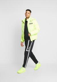 Nike Sportswear - M NSW NIKE AIR PANT PK - Verryttelyhousut - black/white - 1