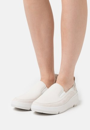 TRI FLASH STEP - Loaferit/pistokkaat - white