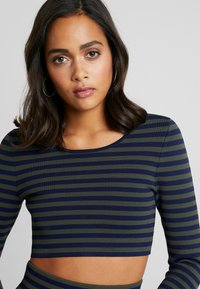 Good American - LONG SLEEVE STRIPE CROP - Topper langermet - dark blue - 8