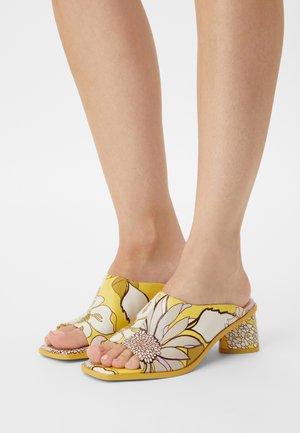 Pantofle na podpatku - jaune/lilas