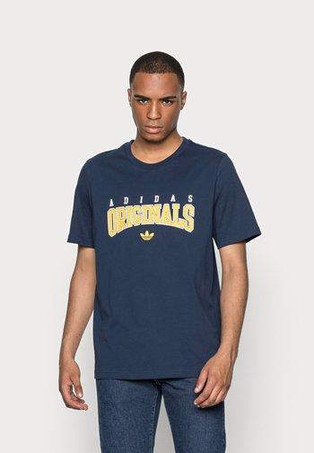 SCRIPT TEE - T-shirt z nadrukiem - collegiate navy