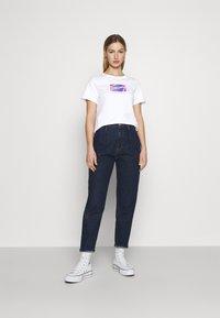 Tommy Jeans - REGULAR METALLIC BOX TEE - Triko spotiskem - white - 1