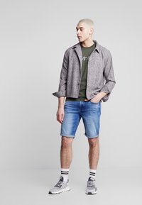 Calvin Klein Jeans - REGULAR - Szorty jeansowe - bright mid - 1