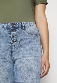Missguided Plus - BUTTON FRONT LAWLESS - Jeans Skinny Fit - acid wash - 5