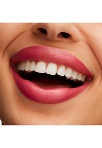 MAC - LUSTREGLASS LIPSTICK - Lipstick - pout of control - 2