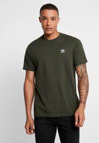 adidas Originals - ADICOLOR ESSENTIAL TEE - Print T-shirt - night cargo - 0