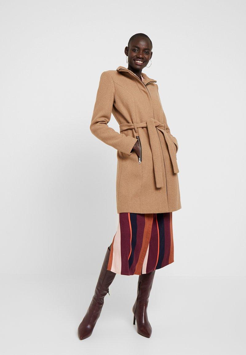 Vero Moda Tall - VMBESSY CLASS JACKET - Zimní kabát - tigers eye