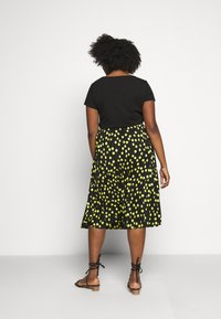 CAPSULE by Simply Be - PRINT PLEATED MIDI SKIRT - Pleated skirt - black/lime - 2