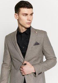 Burton Menswear London - CHESTNUT MINI CHECK - Kavaj - brown - 3