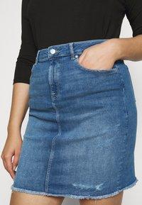 ONLY Carmakoma - CARVERA LIFEKNEE SKIRT - Denim skirt - medium blue denim - 3