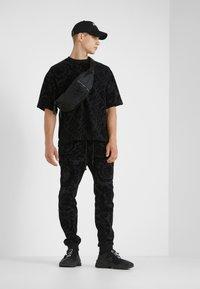 Versace Jeans Couture - BAROQUE  - T-shirt imprimé - black - 1