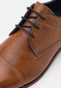 Pier One - LEATHER - Zapatos con cordones - camel - 5
