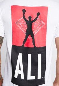 Diamond Supply Co. - FIGHT SHORT SLEEVE TEE - T-shirt z nadrukiem - white - 4