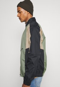 Jack & Jones - JORRODMAN BLOCKED TRACK JACKET - Kevyt takki - sea spray - 4