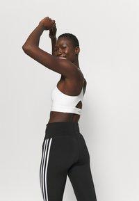 adidas Performance - KARLIE KLOSS LIGHT BRA - Sujetadores deportivos con sujeción media - off white - 3
