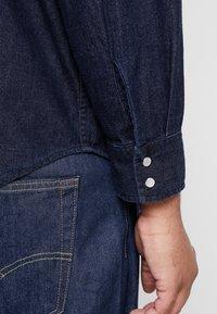 Levi's® Plus - BIG CLASSIC WESTERN - Vapaa-ajan kauluspaita - dark blue denim - 6