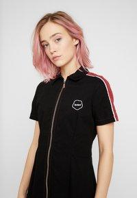 Kickers Classics - STRIPE SHIRT DRESS - Robe d'été - black/burgundy - 4