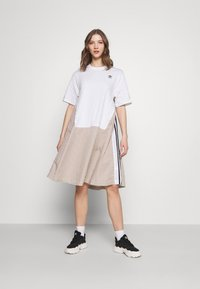 adidas Originals - Dry Clean Only xSHIRT DRESS - Sukienka z dżerseju - white - 0