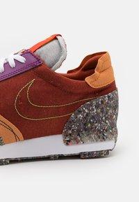 Nike Sportswear - DBREAK-TYPE M2Z2 UNISEX - Trainers - rugged orange/monarch/viotech/team orange/mean green - 7