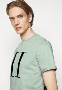 Les Deux - ENCORE  - Print T-shirt - iceberg green/navy blue - 3