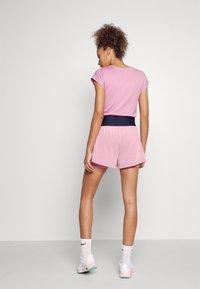 Nike Performance - SHORT - Träningsshorts - elemental pink/white - 2