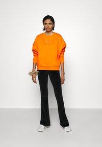 Karl Kani - SMALL SIGNATURE CREW - Sweatshirt - orange - 1