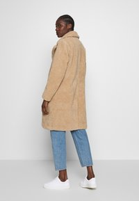 Abercrombie & Fitch - DAD COAT SHERPA - Cappotto invernale - tan - 2