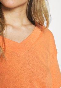 Esprit - FLW LINEN T - Print T-shirt - rust orange - 4