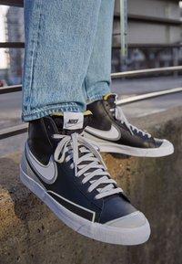 Nike Sportswear - BLAZER MID '77 INFINITE UNISEX - Korkeavartiset tennarit - black/white/grey fog/particle grey - 2